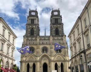 Jose Judez enfrente de la Catedral de Orleans