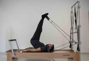 Carles Pareja realizando pilates máquina