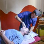 Jose Castro trabajando en su clínica de La Reunión