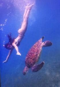 Maria buceando con una tortuga