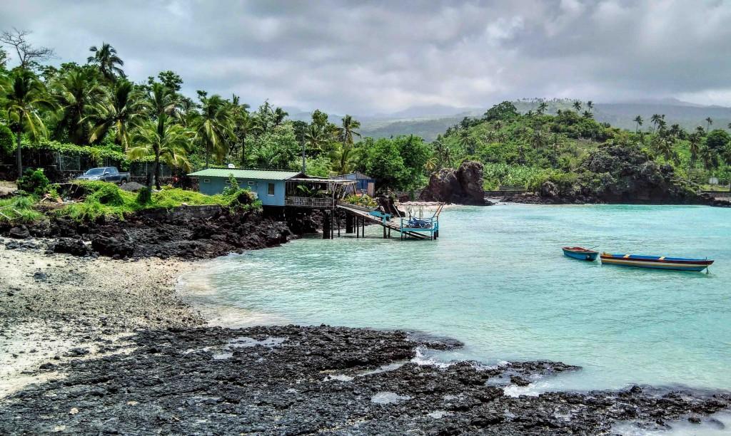 Paisaje de playa del Profeta, el Océano Índico y al fondo el volcán Karthala cubierto de su bosque tropical