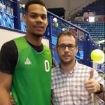 Jose Judez con un jugador del equipo