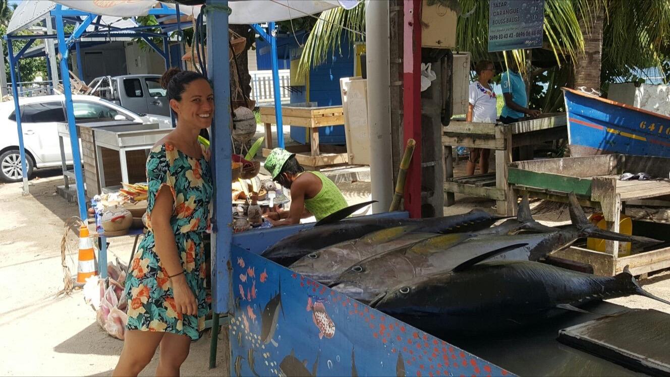 Maria, fisioterapeuta en la Isla Martinique, en un puesto callejero de atunes recién pescados en Sainte Luce