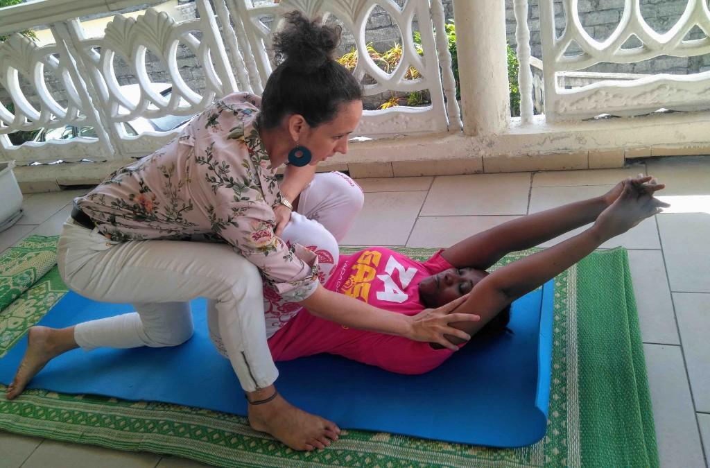 Ejercicios de estabilidad y control humeral en paciente hemiplejica, en el suelo de la terraza de su casa